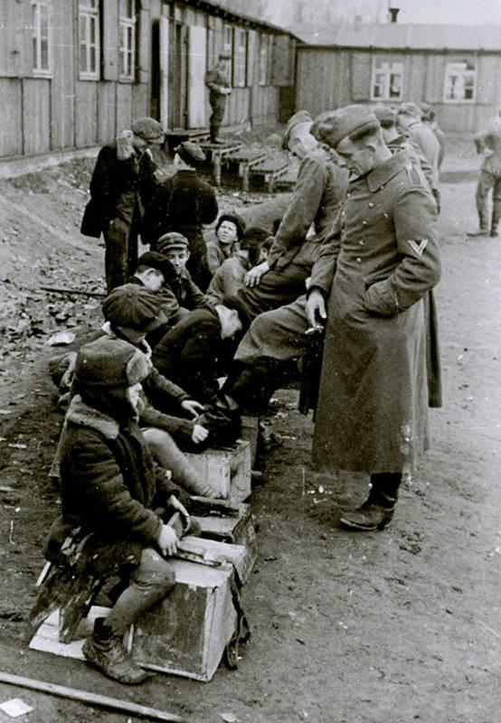 Дети чистят сапоги немецких солдат, Белосток, ноябрь 1942 г.